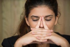 макро-усталый молодая женщина-тереть-нос